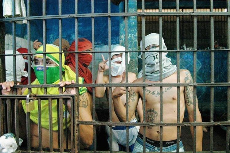 Integrantes de la pandilla '18' permanecen detenidos, en Soyapango, El Salvador. (Foto Prensa Libre:EFE).