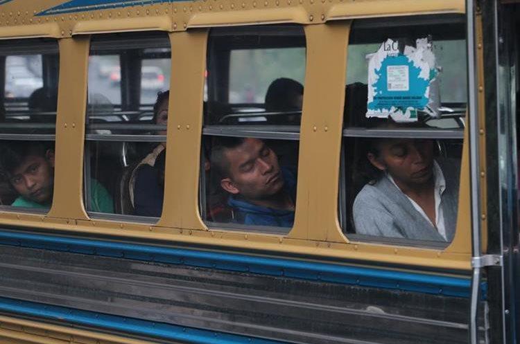 Recorrer la cuesta de Villalobos puede llegar a durar 30 minutos, algunas personas que viajan en autobús incluso se duermen. (Foto Prensa Libre: Erick Ávila)