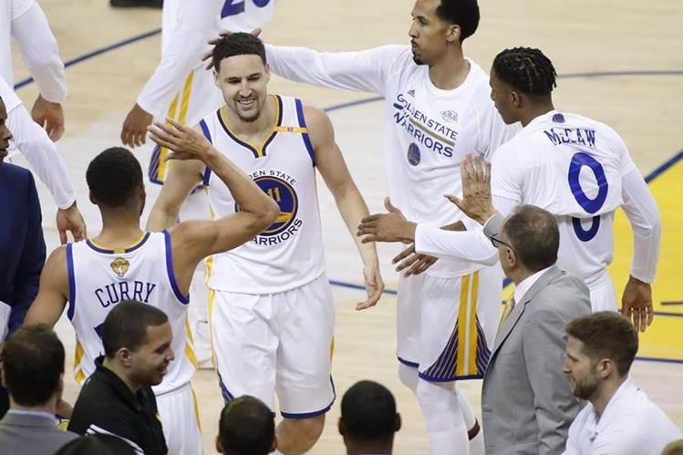 Los Warriors dieron su segundo golpe a Golden State este domingo. (Foto Prensa Libre: AFP)