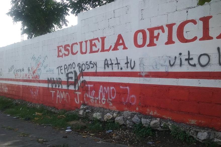 Una de las paredes del centro educativo fue manchada con mensajes. (Foto Prensa Libre: Rigoberto Escobar)