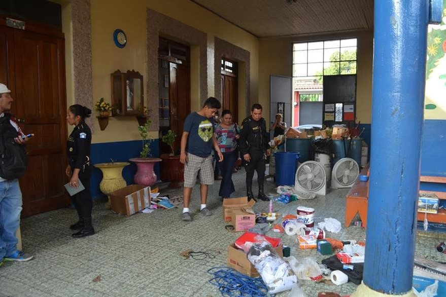 Desorden e infraestructura dañada dejaron delincuentes en una escuela en la cabecera de Retalhuleu. (Foto Prensa Libre: Jorge Tizol)