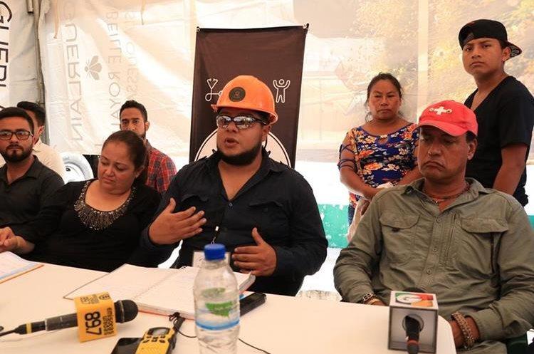 Integrantes de Antigua al Rescate durante la conferencia de prensa que ofrecieron el miércoles en la zona cero. (Foto Prensa Libre: Enrique Paredes)