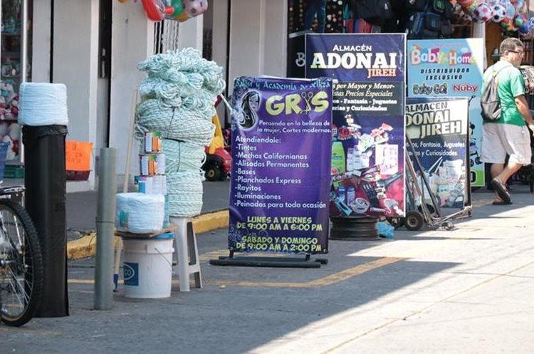 Mantas y botes son algunos de los obstáculos que impiden que automovilistas se estacionen en calles de Mazate. (Foto Prensa Libre: Cristian Icó Soto)