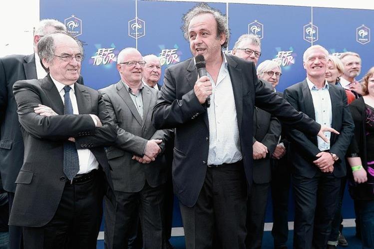 El presidente de la Uefa Michel Platini —centro— afirmó que analizarán el fair play financiero. (Foto Prensa Libre: AFP)