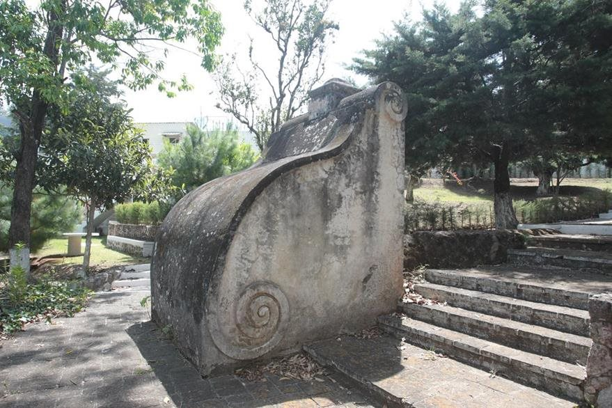 Tarja colonial que ha sobrevivido al paso del tiempo en la planta El Cambray, de donde se iniciaba el acueducto de Pinula. (Foto Prensa Libre, Brenda Martínez)