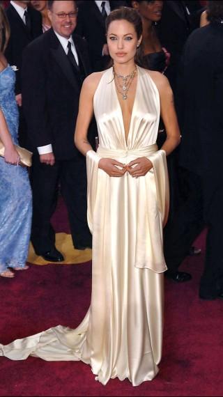 Angelina Jolie en 2004 brilló con este elegante vestido de satén creado en especial por el diseñador Marc Bouwer.