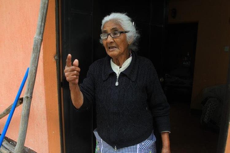 Deina Monterroso, de 88 años, desearía no vivir en la colonia Brisas de El Valle 2, pues es originaria de San José Pinula. (Foto Prensa Libre: Álvaro Interiano)