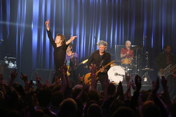 Los Rolling Stones arrancaron energía suficiente durante un concierto íntimo. (Foto Prensa Libre: AP)