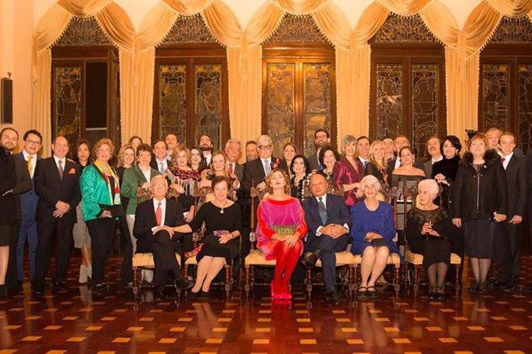 La diseñadora Ágatha Ruiz de la Prada, el ministro de Cultura y la familia Urruela posan en el Salón de Banquetes del Palacio Nacional de la Cultura. (Foto Prensa Libre: www.agatharuizdelaprada.com)