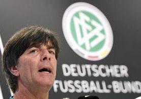 El seleccionador alemán, Joachim Löw durante la conferencia de prensa previa al juego de mañana contra Polonia. (Foto Prensa Libre: EFE)
