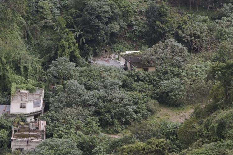 Vista panorámica de la parte del cerro que se desprendió y enterró la colonia El Cambray 2.(Foto Prensa Libre:Hemeroteca PL)