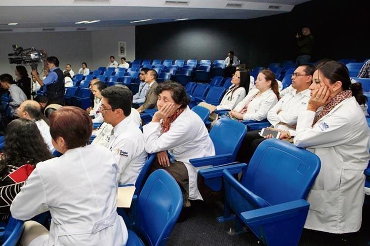 Médicos durante la reunión con la junta directiva del Roosevelt y el ministro de Salud, Mariano Rayo. (Foto Prensa Libre: Edwin Bercián)