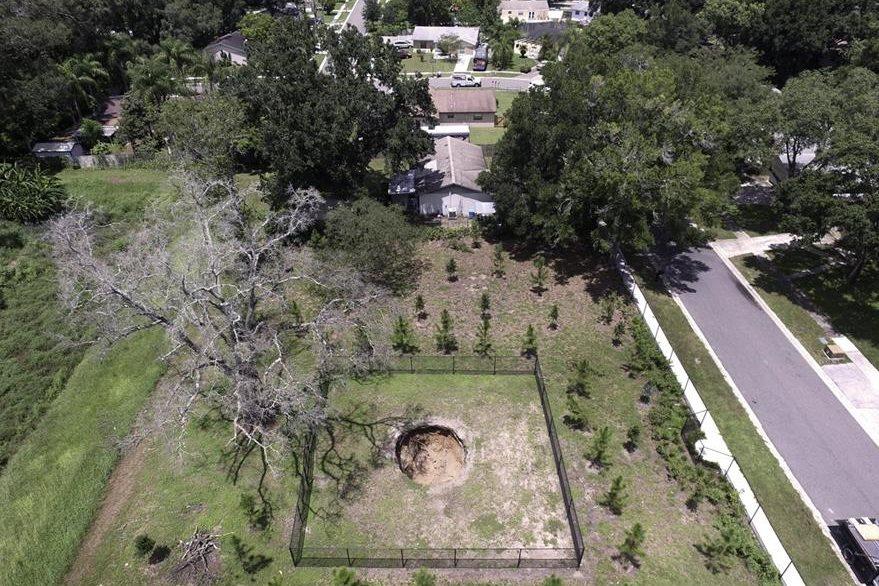 El socavón no era visible a nivel de tierra, pero imágenes aéreas mostraban un pequeño cráter en el suelo. (Foto Prensa Libre: AP).
