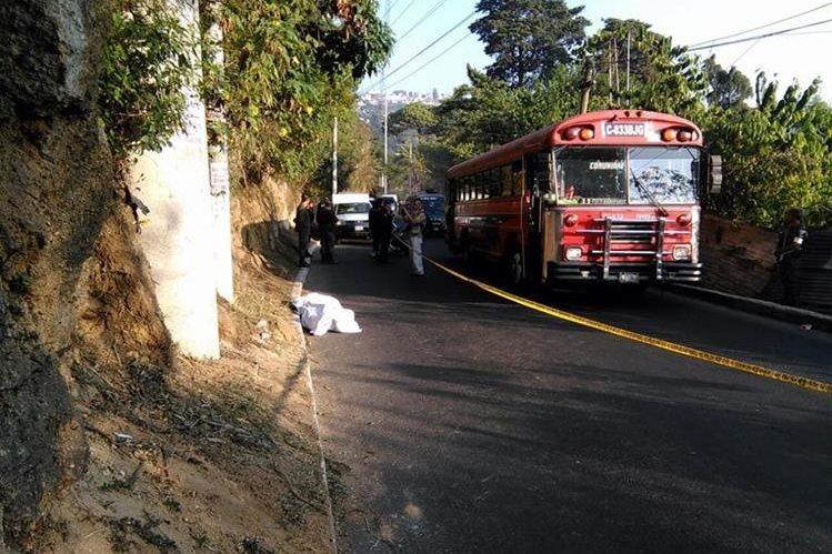 Se presume que desde un vehículo fue arrojado el cadáver a la carretera. (Foto Prensa Libre: Estuardo Paredes)