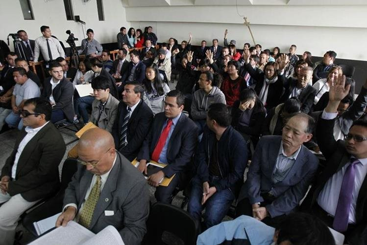 Importadores nacionales y extranjeros señalados de pagar sobornos a la Línea se presentan a rendir su primera declaración. (Foto Prensa Libre: Paulo Raquec)