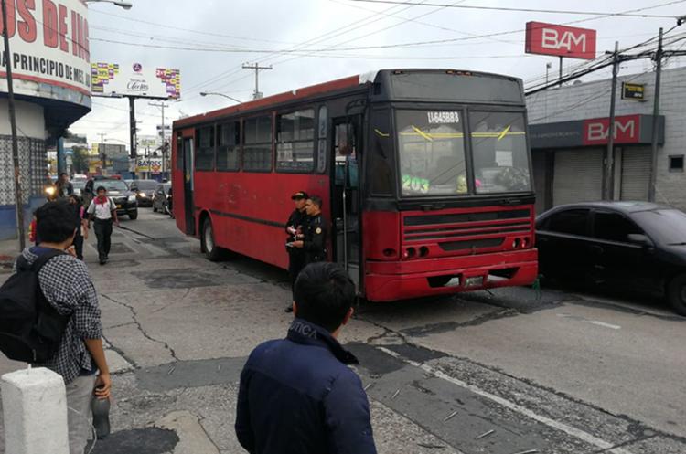 El bus de la ruta 203 se dirigía hacia la Universidad de San Carlos. (Foto Prensa Libre: Érick Ávila)