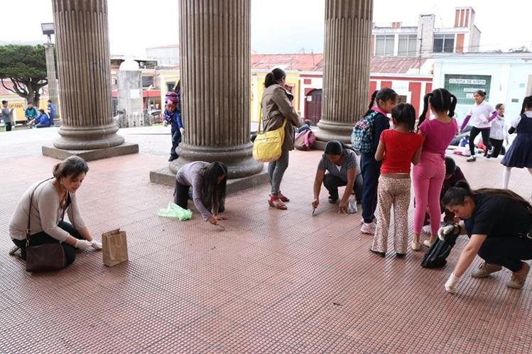 Adultos y niños participaron en la iniciativa Desenchiclemos el Teatro. (Foto Prensa Libre: María José Longo)<br />