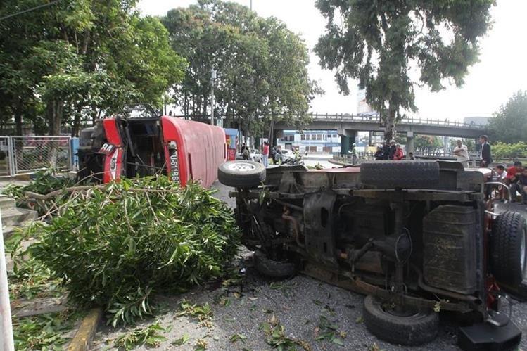 Un accidente de tránsito ocurrido en la zona 13 capitalina dejó el saldo de 10 heridos. (Foto Prensa Libre: Álvaro Interiano)