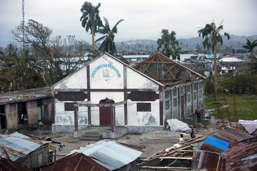Una iglesia resultó seriamente afectada en el poblado de Los Cayos en Haití. (Foto Prensa Libre: AP).