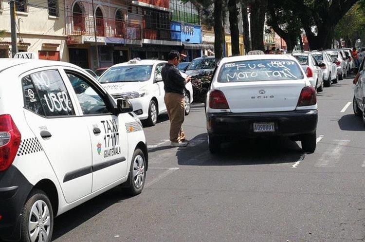 Varios taxis se unieron a las protestas anunciadas para este día.