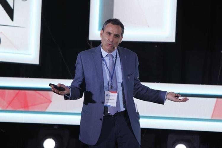 Adrián Magendzo, especialista en competitividad del BID recomendó pensar en un nuevo modelo para la gestión. Seguir localizando ideas con potencial y luego desarrollarlas fuera de la empresa madre. (Foto Prensa Libre: Paulo Raquec)