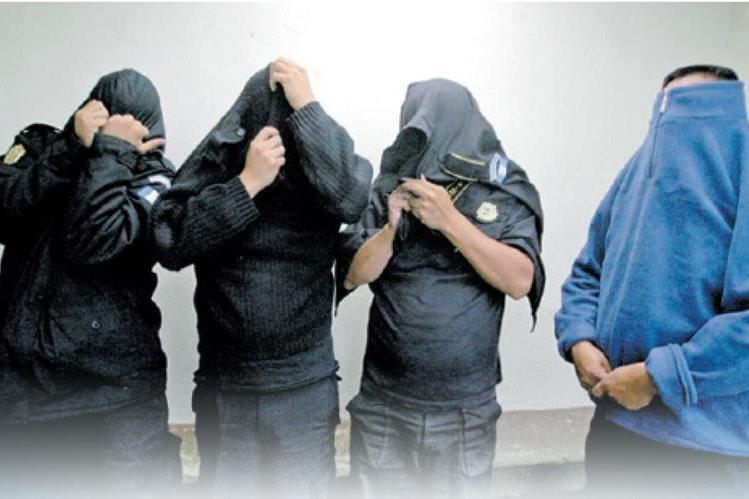 Algunos agentes policiales han sido detenidos por cometer delitos. (Foto Prensa Libre: Hemeroteca PL)