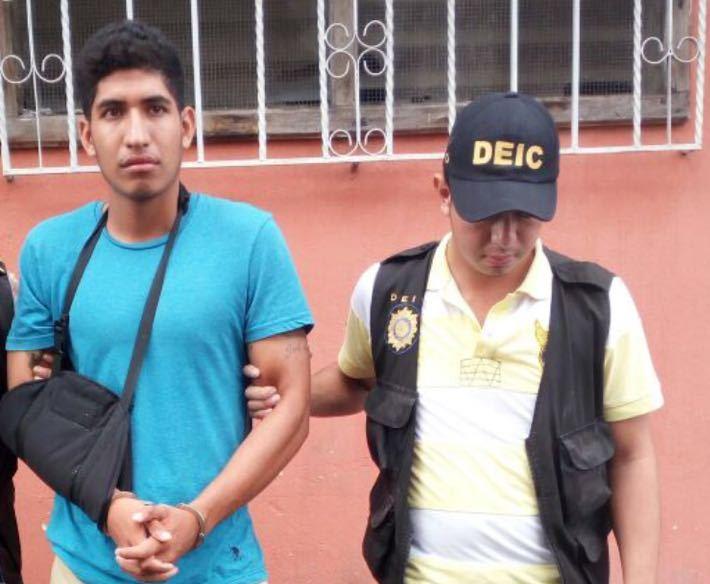 Luis Rodolfo Navas es trasladado a un juzgado por agentes de la PNC en Palín, Escuintla. (Foto Prensa Libre: PNC)