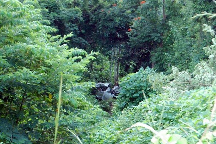 Picop que transportaba a dos familias cayó en un barranco en la ruta de Gualán, Zacapa, a La Unión. (Foto Prensa Libre: Julio Vargas)