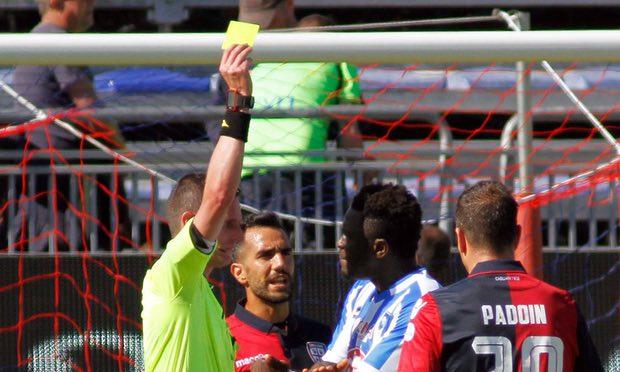 El árbitro Daniele Minelli expulsó a Sulley Muntari con doble amarilla después de los reclamos del jugador por insultos racistas en su contra. (Foto Prensa Libre: AP).