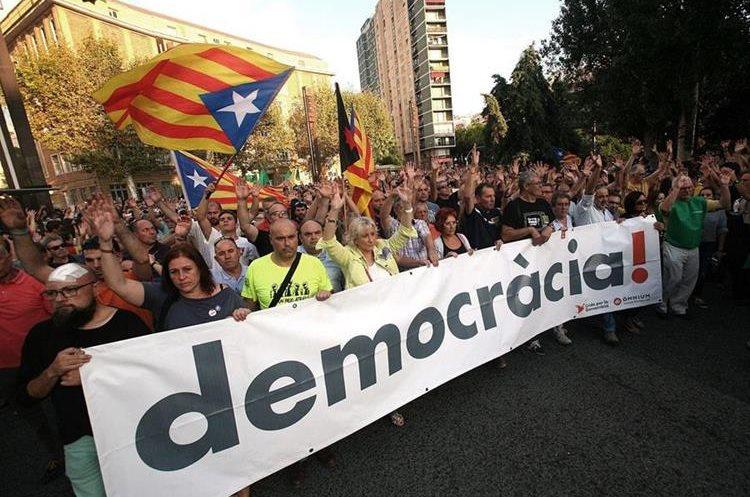 El domingo último se celebró un referendo para la independencia de Cataluña, pero se registraron fuertes incidentes. (Foto Prensa Libre: EFE)