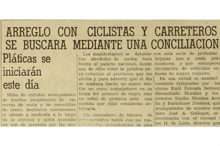 Autoridades del departamento de tránsito de la Policía Nacional y ciclistas  llegan a un  arreglo mediante una conciliación, 30/4/1956. (Foto: Hemeroteca PL)