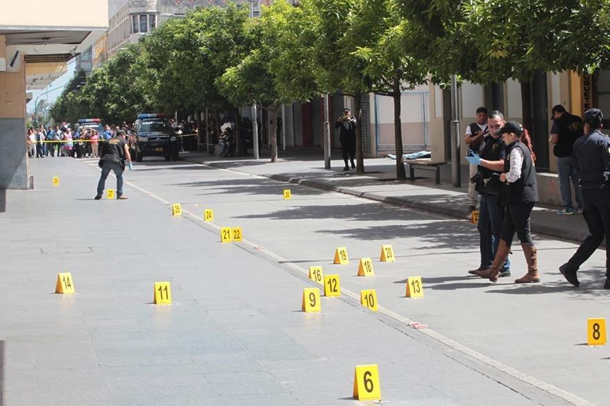 El pasado 9 de septiembre en el Paseo de la Sexta Avenida, zona 1, un hombre murió baleado, varios peatones resultaros heridos de bala.  (Foto Prensa Libre: Hemeroteca PL)