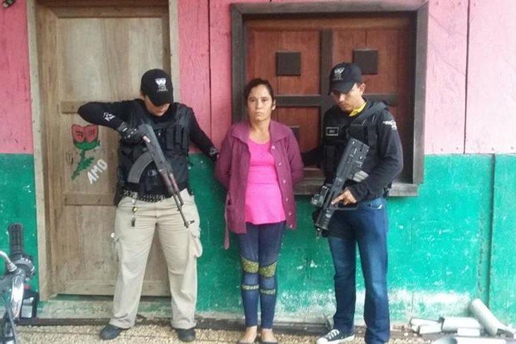 Presunta secuestradora capturada en Petén. (Foto Prensa Libre: PNC).
