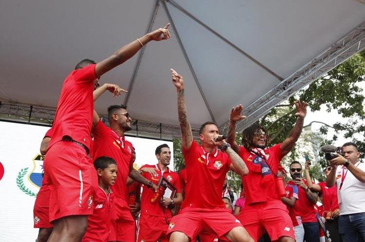 Blas Pérez disputó el Mundial de Rusia 2018 con la selección canalera. En la foto el delantero anima el cierre del acto de homenaje a Panamá tras su llegada al país. (Foto Prensa Libre: EFE)