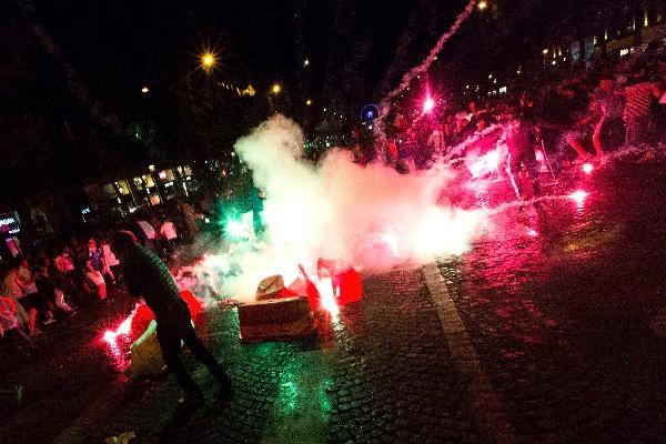 Los aficionados de Francia causaron disturbios en los Campos Elíseos. (Foto Prensa Libre: AFP)