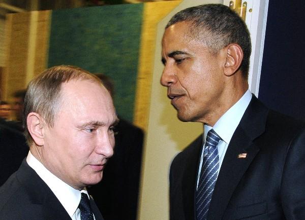 El presidente de EEUU, Barack Obama, saluda a su colega ruso, Vladímir Putin, en París.