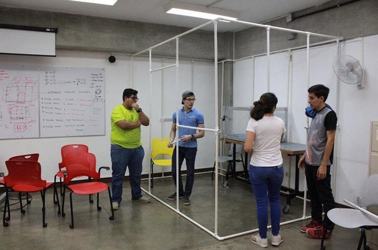 En el laboratorio también hay mesas para tener reuniones, hacer pruebas y medición de prototipos, entre otras actividades. (Foto Prensa Libre, Proyecto CubeSat)