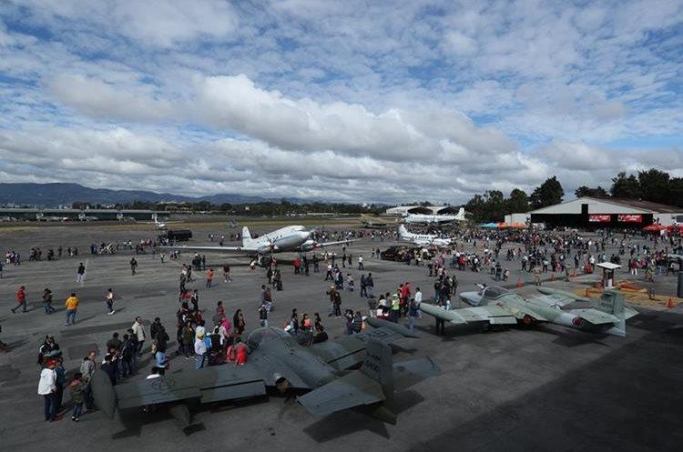 El show de aviones se llevó a cabo en conmemoración a los 96 años de fundación de la FAG. (Foto Prensa Libre: Esbin García)