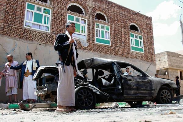 Atentados contra dos mezquitas reivindicados por el EI en Yemen dejan 142 muertos. (Foto Prensa Libre:AP)