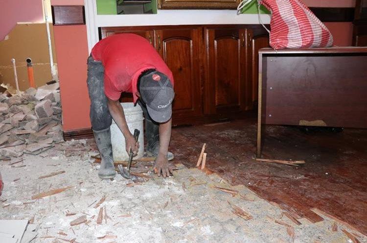 Un albañil retira el piso simulación de madera de la oficina del gobernador. (Foto Prensa Libre: Héctor Cordero)
