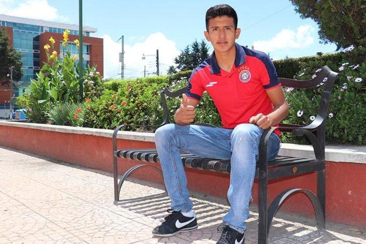 Keyner Agustín combina la universidad con el futbol profesional, en Quetzaltenango. (Foto Prensa Libre: Raul Juárez).