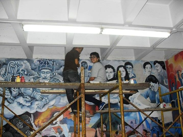 En la parte central superior, el mural muestra a deidades mayas, la justicia clásica y mártires de la Usac.  (Foto Prensa Libre: Hemeroteca PL)