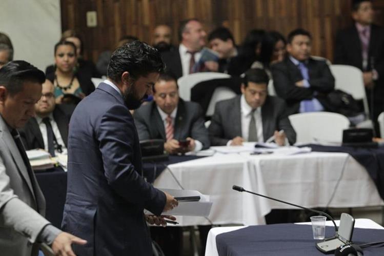 Jonathan Chévez comparece ante el juez Miguel Ángel Gálvez para declarar. (Foto Prensa Libre: Edwin Bercián)
