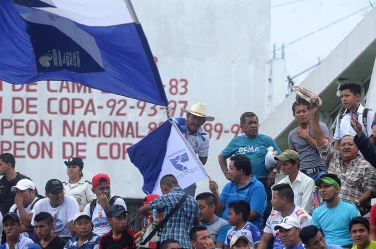 Los colores azul y blanco de Suchi pintaron el estadio.