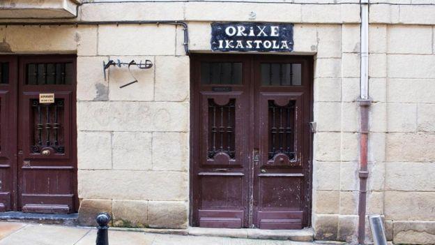 Franco prohibió el uso del euskera, así que se establecieron escuelas en las que se enseñaba el idioma en secreto. ALAMY