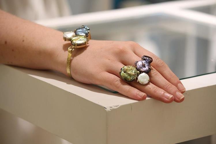 Pulsera y anillo doble fabricados con perlas negras, verdes y blancas. Ambas piezas están bañadas en oro. (Fotos Prensa Libre, Cristian Dávila)
