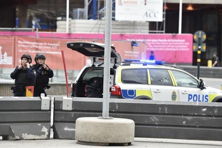 Policía de Estocolmo, Suecia, rodea lugar donde un camión arrolló a un grupo de peatones. (Foto Prensa Libre: AFP)