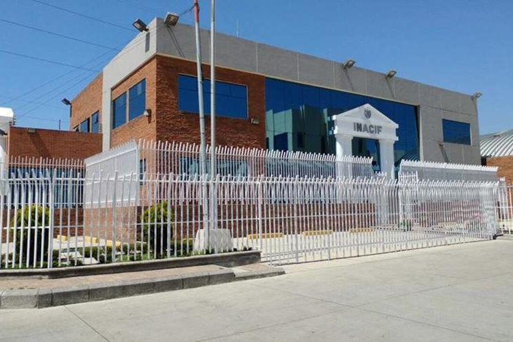 Fachada de la sede del Inacif a donde el cadáver del menor fue trasladado. (Foto Prensa Libre: Fred Rivera)