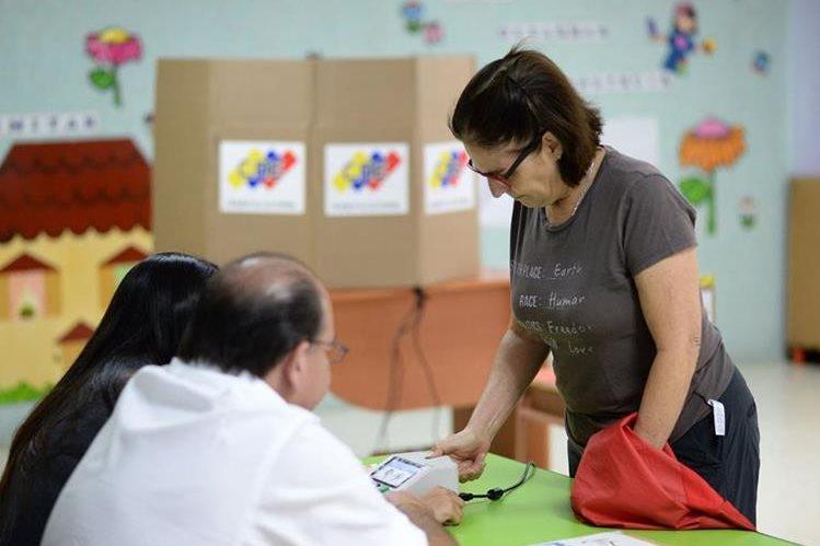 Venezolanos participan en históricas elecciones de gobernadores que estarán en los poderes locales por cuatro años. (Foto Prensa Libre: AFP)