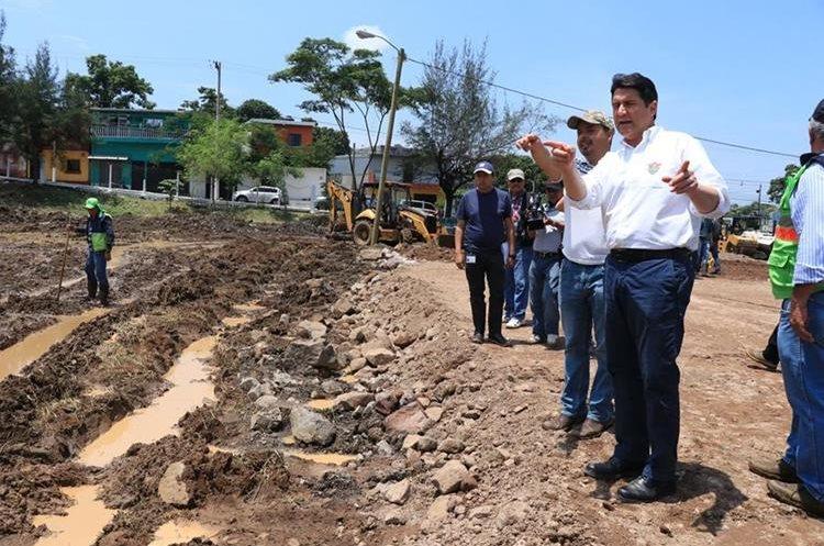 Autoridades ediles supervisan donde serán instalados los damnificados por el Volcán de fuego. (Foto Prensa Libre: Enrique Paredes).
